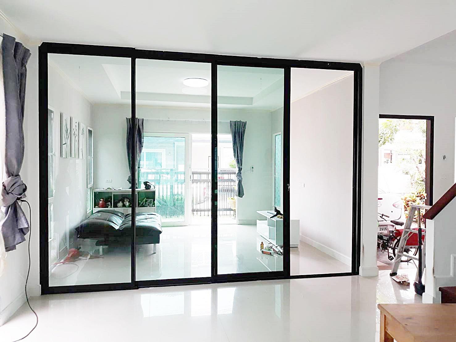 เลือก ประตูกระจกบานสวิง ดีไหม แตกร้าวง่ายหรือเปล่า?
